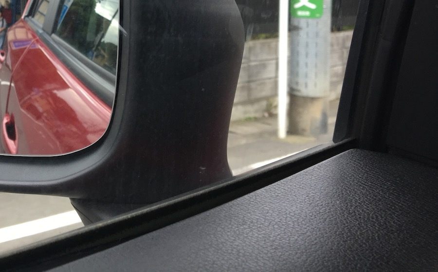 車の窓枠ゴム汚れ|正しい洗車方法と劣化防止&艶復活テクニック